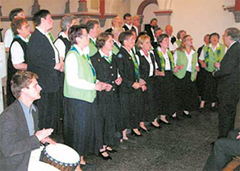 Für afrikanisches Feeling in der St.-Josef-Kirche sorgte Daniel Ellermann (links), der einige Passagen des Schütte-Chors mit Getrommel begleitete. Foto: sig
