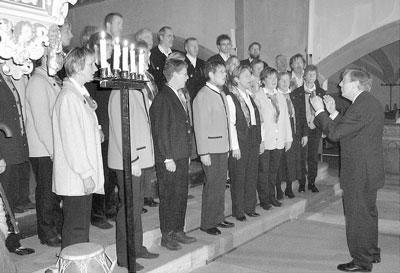 Gut aufgelegt: Der Schütte-Chor überzeugt beim gut besuchten Adventskonzert.