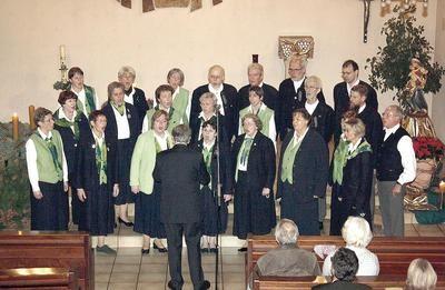 Der Schütte-Chor unter Leitung von Jürgen Schütte begeistert die Zuhörer in der St. Katharina Kirche in Rehren. Foto: la