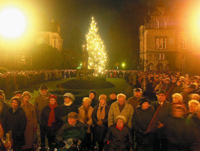 Menschen – so weit das Auge reicht: Zweitausend Hörer wollen sich auf dem Schlosshof die Serenade nicht entgehen lassen.
